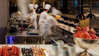 憑Visa Infinite或Visa Signature去香港君悅酒店咖啡廳就可以HK$790尊享晚市二人自助餐